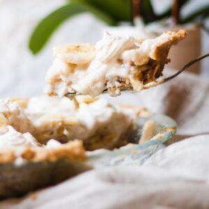 pie knife scooping banana cream pie